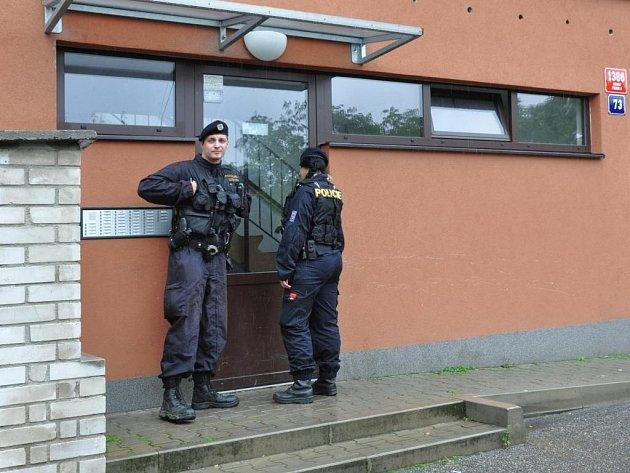 Od úterního rána pátrá pražská policie po pachateli, který v Michli poleptal kyselinou 50letou ženu. Zaútočil na ni na chodbě domu u výtahu v panelovém domě v klidné a tiché ulici Na Záhonech.
