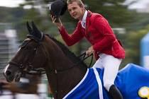 JEZDEC DŽENTLMEN. Aleš Opatrný zdraví diváky po vítězném skoku mohutnosti na koni Lecarino. Společně zdolali 198 centimetrů.