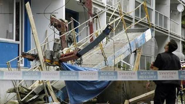 Neobvyklý případ pádu stavební plošiny nyní šetří policie.