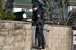 Policisté prohledávali na Barrandově okolí místa, kde v noci došlo k útoku nožem.