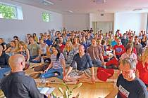 Skupinová meditace sympatizantů buddhismu.
