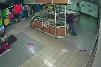 Muž podezřelý z krádeže snubních prstenů ze stánku v obchodním centru v pražských Řepích.