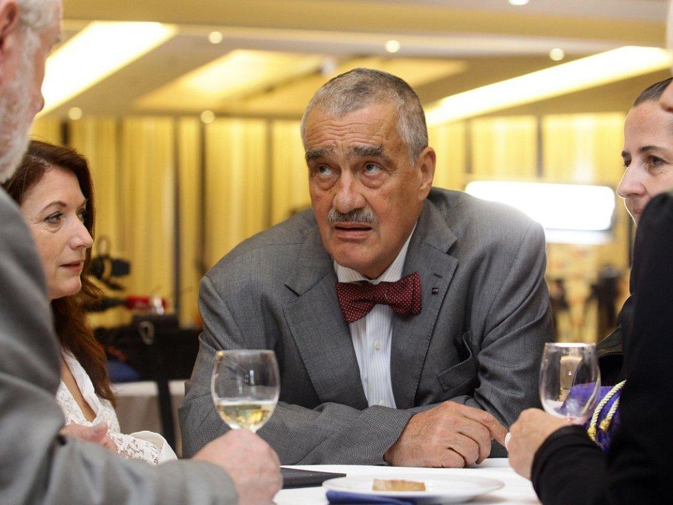 TOP 09 v pražském hotelu Dorint Don Giovanni čeká na výsledky voleb. Na snímku Karel Schwarzenberg.