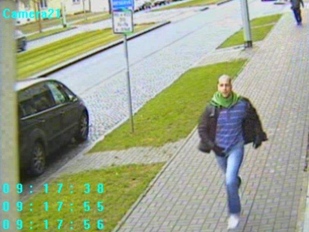Pravděpodobný pachatel na útěku po přepadení trafiky ve vestibulu stanice metra Českomoravská v Praze 9.