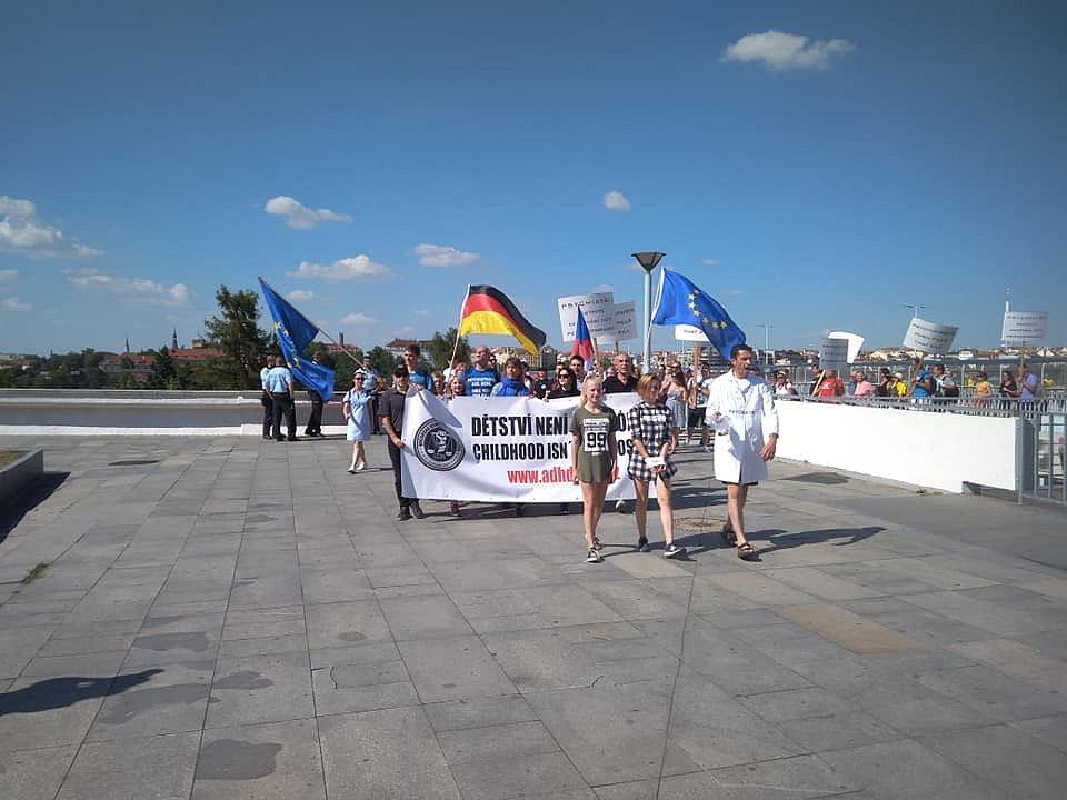 Občanská komise za lidská práva protestovala proti zneužívání psychofarmak u dětí.