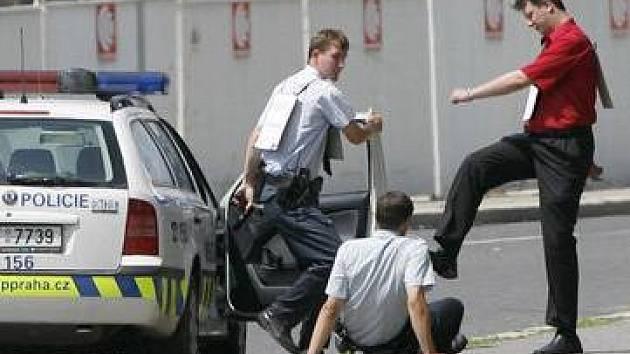 REKONSTRUKCE PŘESTŘELKY NA PROSEKU. Všechny výpovědi policisté a figuranti postupně přehráli, aby se objevila případná nesrovnalost v tvrzení jednotlivých aktérů .