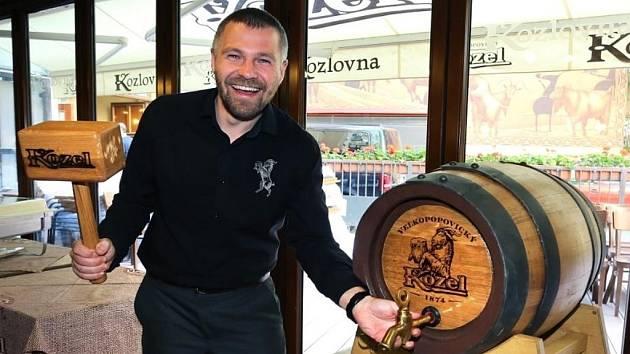 Obchodní sládek Pivovaru Velké Popovice Vojtěch Homolka narazil tradiční dřevěný sud s novým  Velkopopovickým Kozlem Kvasničákem.