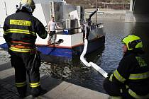 Hasiči likvidovali naftu, která unikla z poškozené části lodi.