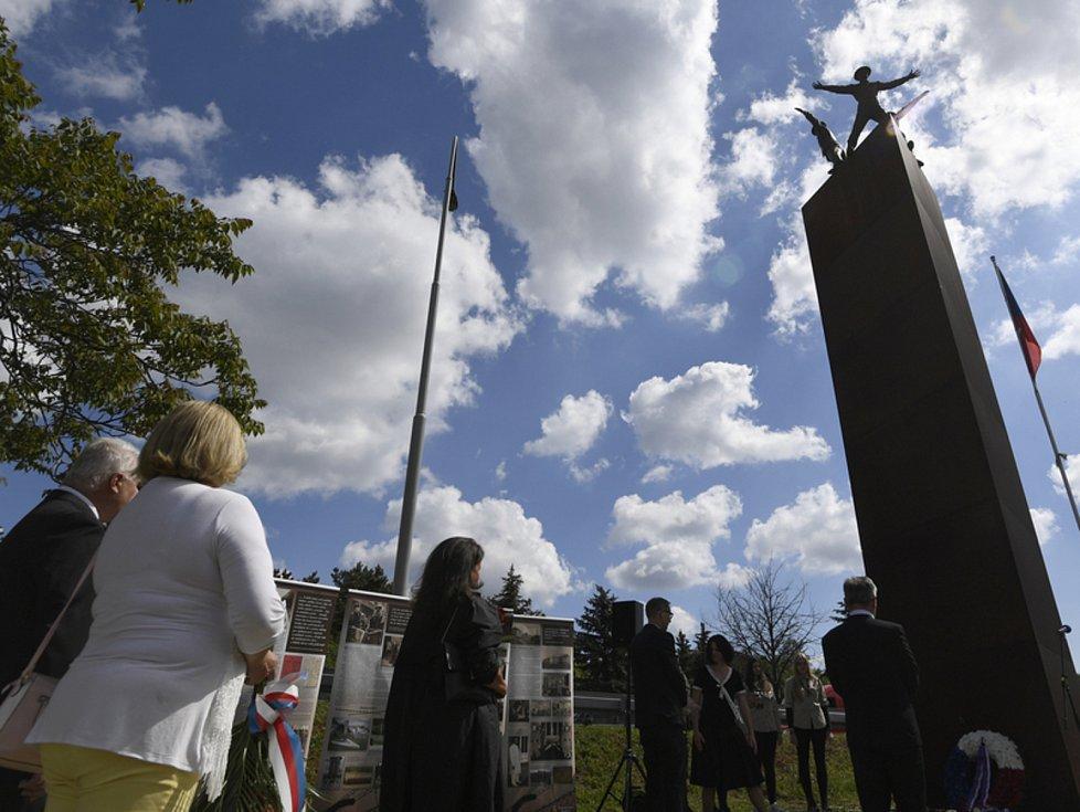 Pieta u památníku Operace Anthropoid - Výsadkáře, kteří provedli atentát na zastupujícícho říšského protektora Reinharda Heydricha, si lidé připomněli 27. května 2020 v Praze-Libni. Pietní akce se konala u památníku Operace Anthropoid.