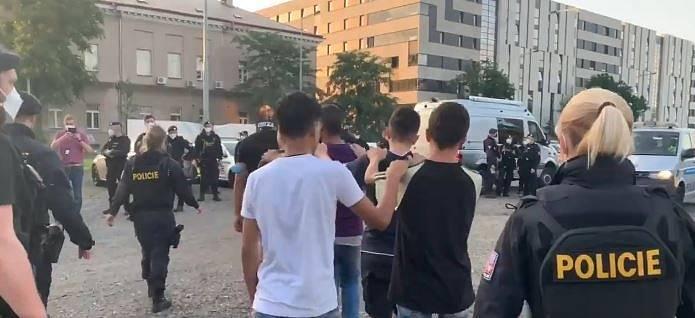 Policie zadržela v Holešovicích 29 migrantů.
