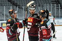 Hráči Sparty se radují v utkání 44. kola extraligy s Pardubicemi.