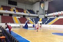 Hráčky USK se seznamuje s palubovkou v Mersinu.