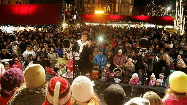 Lidé zpívají koledy 14. prosince na pražském Staroměstském náměstí v rámci celonárodní akce Deníku Česko zpívá koledy.