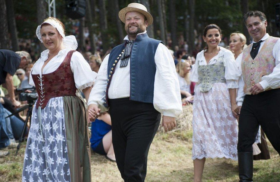 Opera Dvě vdovy v přírodním divadle v Šárce.