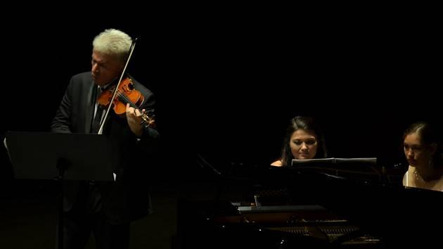 Houslista Jaroslav Svěcený při koncertu v Chile.
