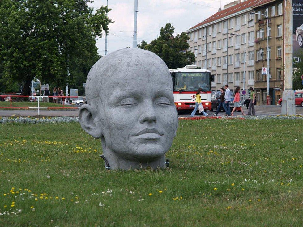 První obří hlava se objevila uprostřed Vítězného náměstí.