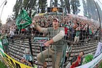 VYHŘÍVANÝ TRÁVNÍK SICE NEMAJÍ... Ale atmosféru by jim mohla závidět drtivá většina ligových týmů. (Fanoušci Bohemians 1905 ve vršovickém ďolíčku.)