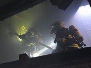 Požár střechy na Smíchově.