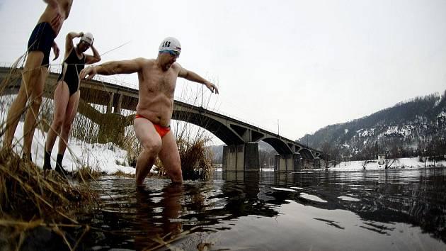 Po osmé se v rámci soutěže Branické ledy, která je součástí Českého poháru v zimním plavání, vrhli otužilci do Vltavy v pražském Braníku.