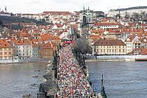 Přes Karlův most letos poběží přes čtyři tisíce běžců.