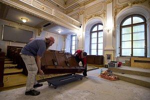 Opravy ve Sněmovním sálu