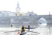 Skifař Václav Chalupa (uprostřed) vyrazil 30. září 2018 od Karlova mostu v Praze na 850 kilometrů dlouhou plavbu do Hamburku
