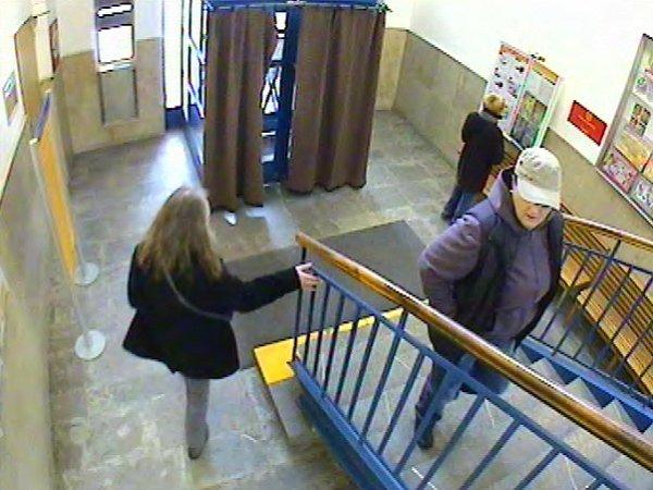 Žena podezřelá zloupežného přepadení pošty vHábově ulici vpražských Stodůlkách.