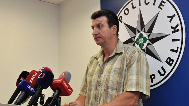 Za velkého zájmu médií informoval ve středu šéf oddělení vražd pražské kriminálky Josef Mareš o vyřešení vraždy 35leté cizinky, jejíž tělo bylo na počátku července po částech nalezeno ve dvou třídírnách separovaného odpadu.