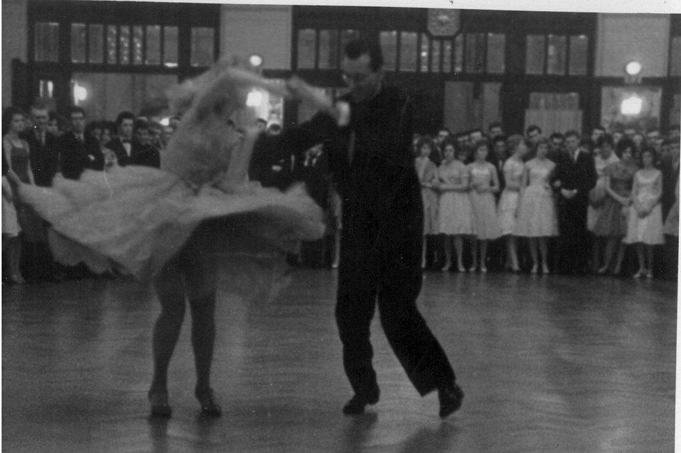 Dr. Josef Chrastil při ukázce společenského tance ve Smetanově síni Obecního domu v Praze.