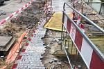 Praha 2 je od jara rozkopaná. Občané si stěžují kvůli stavebním pracím na radnici.