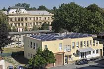 Pohled na střechu objektu osazenou fotovoltaickými panely. Ilustrační foto.