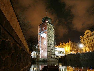 DÁREK K VÁNOCŮM. Na Štědrý den se odhalila Šítkovská věž, zatím ji obklopuje lešení.