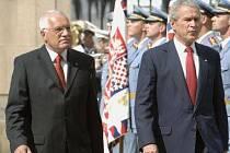 PARÁDA NA HRADĚ. Oficiální program amerického prezidenta George Bushe a jeho českého protějšku Václava Klause včera odstartovala přehlídka.