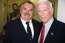 Ředitel planetária Marcel Grün (20. listopadu slaví 64. narozeniny) s americkým astronautem česko-slovenského původu Eugenem Cernanem.