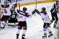Útočníci pražské Sparty (zleva) Daniel Přibyl, Lukáš Klimek a Jan Hlaváč se radovali z gólu proti Mladé Boleslavi.