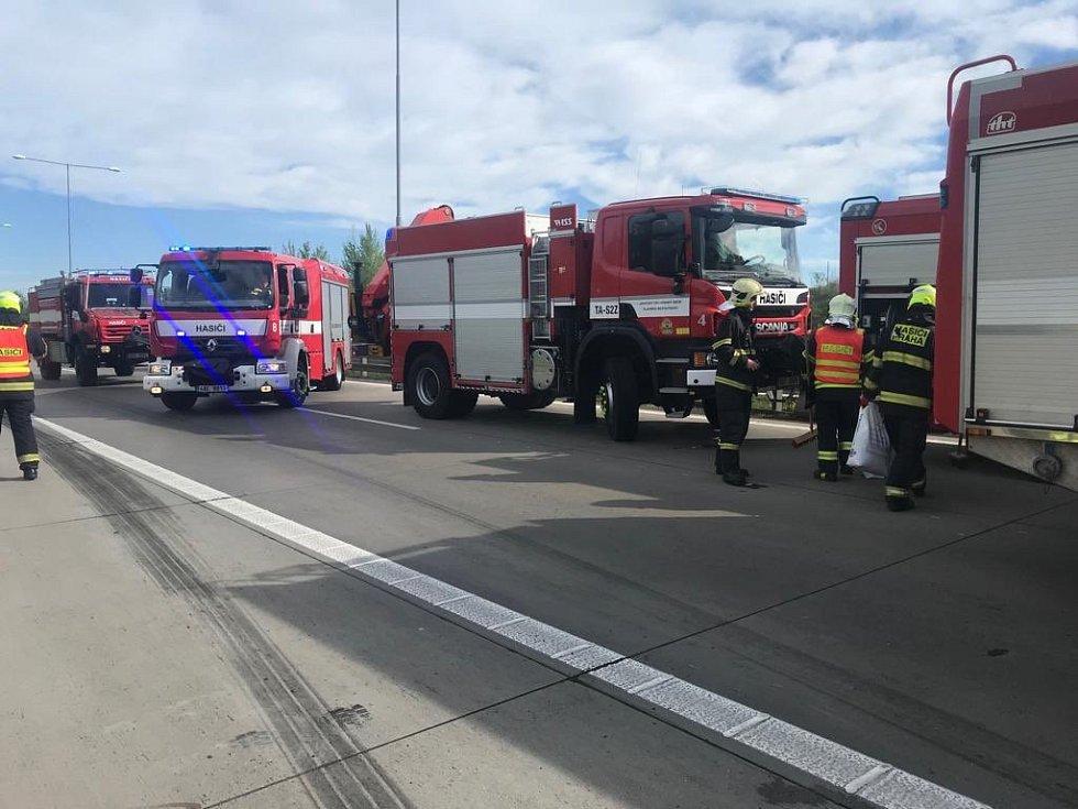 Hasiči zasahovali u nehody několika kamionů na Pražském okruhu.