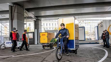 Do centra Prahy vyjela nákladní elektrokola. Hlavní město otevřelo první cyklodepo pro rozvoz zásilek.