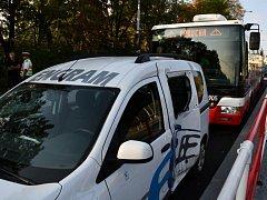 Při nehodě autobusu ve Střešovicích se lehce zranilo 11 lidí.