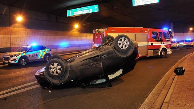 Nehoda v Bubenečském tunelu.