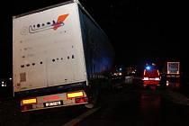 Šest hodin uklízeli v noci na pátek hasiči místo čtvrteční nehody kamionu na Pražském okruhu u Modletic, při níž uniklo 700 litrů nafty.