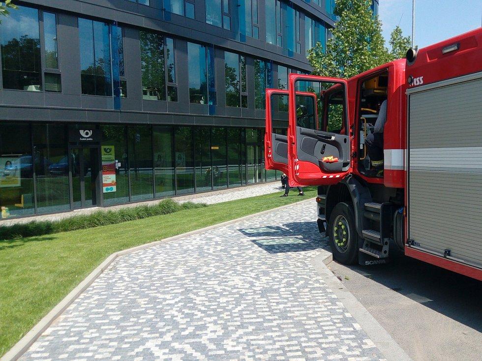 Chemici pražských hasičů zasahují v ulici U Trezorky při nálezu podezřelého balíčku.