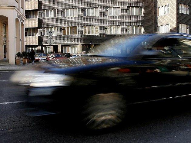 ZPOMALÍ? Pokud klesne rychlost, sníží se i hluk. Jednoduchou rovnici začíná chápat i pražský magistrát./Ilustrační foto