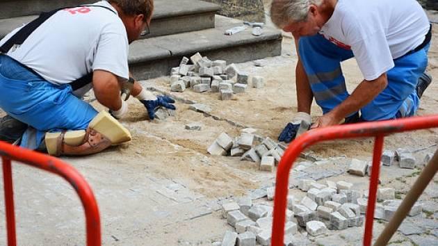 Oprava mozaikového chodníku.