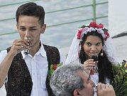 Představením tradiční romské svatby začal 22. května v Praze 13. ročník mezinárodního romského festivalu Khamoro.