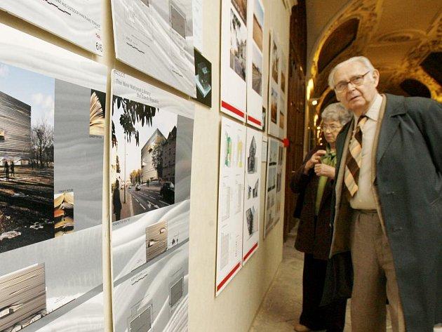 Návštěvníci si prohlíží návrhy během výstavy výsledků mezinárodní soutěže na budovu Národní knihovny, která pokračovala 29. března v pražském Klementinu.