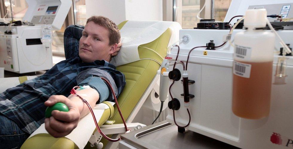 Pražští hasiči v centru Caraplasma darovali krevní plazmu.