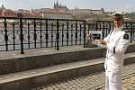 S kapitánem Štěpánem Rusňákem po stopách filmových míst na Vltavě  - Alšovo nábřeží - film Jára Cimrman ležíci, spící.