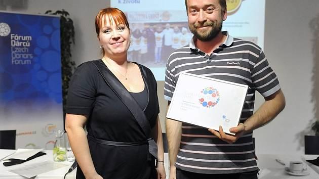 Manažer Ergo Aktivu Jan König s ředitelkou Fóra dárců Klárou Šplíchalovou při předání ocenění.