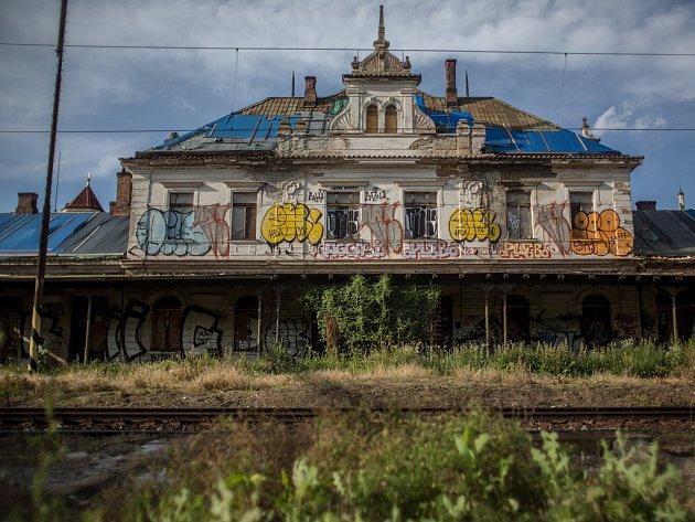 Vyšehradské nádraží je jednou z nejznámějších pražských chátrajících budov.