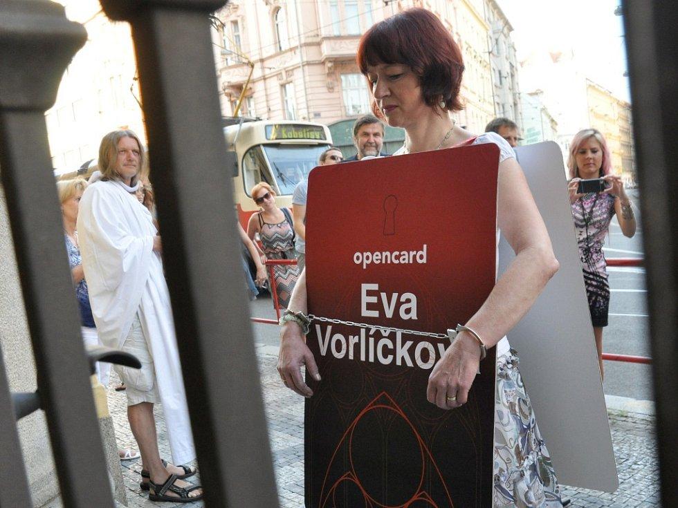 Happening před budovou Městského soudu v Praze připravili v úterý 1. září 2015 aktivisté, které chtěli poukázat na svůj pohled na dění v kauze předražené elektronické tramvajenky opencard.